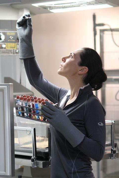 Julia (Kyra Zagorsky) bekommt Zweifel, ob der Leiter der Arktis-Station ihrem Team wirklich alles erzählt ... - Bildquelle: 2014 Sony Pictures Television Inc. All Rights Reserved.