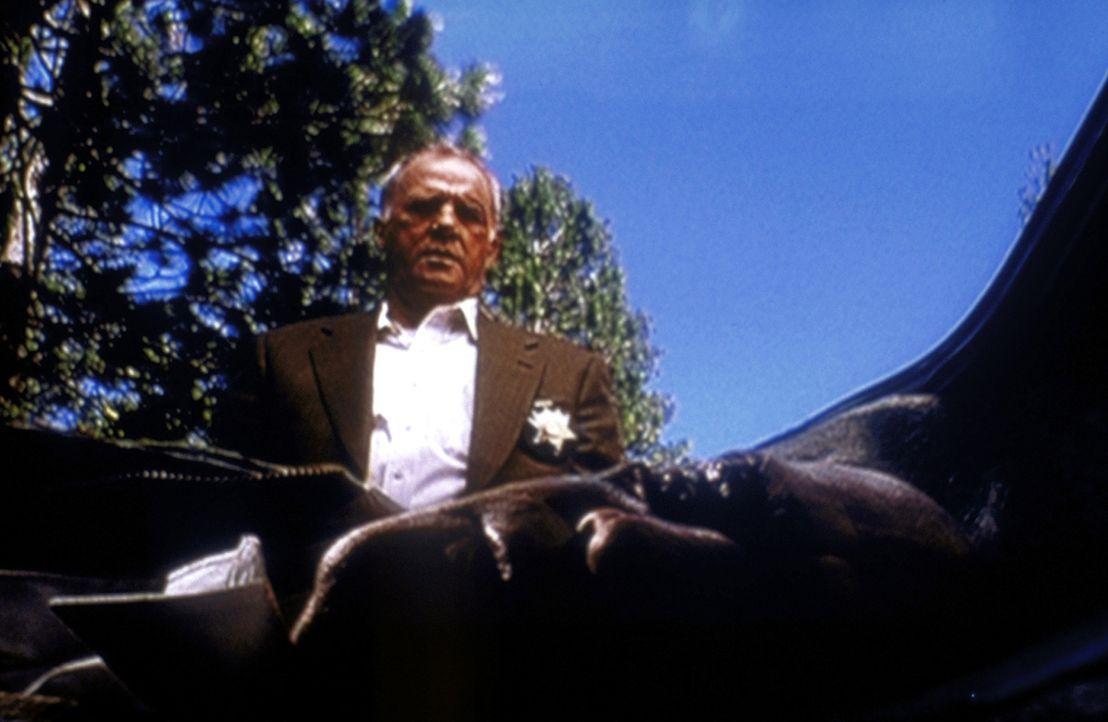 Detective Miles (Leon Russom, hinten) versteckt die Leiche von Deputy Hoese (Darin Cooper) in einem Kofferraum. - Bildquelle: TM +   2000 Twentieth Century Fox Film Corporation. All Rights Reserved.