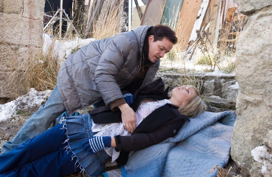Eines Tages entführt Duncan (Frank Whaley, l.) eine junge Frau (Whitney Labrum, r.), um sie seinen ungeheuerlichen Misshandlungen auszusetzen. Da ho... - Bildquelle: Warner Bros. Television