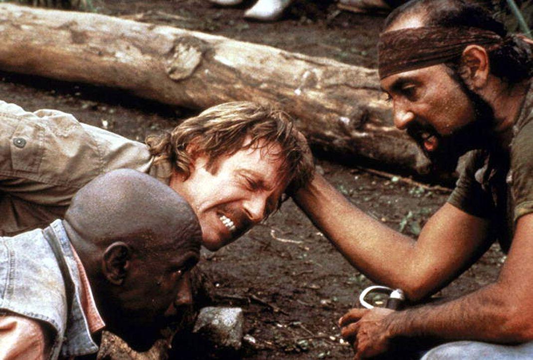 Max (Chuck Norris, l.) und Leo (Louis Gossett Jr., r.) stolpern von einer lebensgefährlichen Situation in die andere. Ein Glück, dass Patricia hö... - Bildquelle: Cannon Films