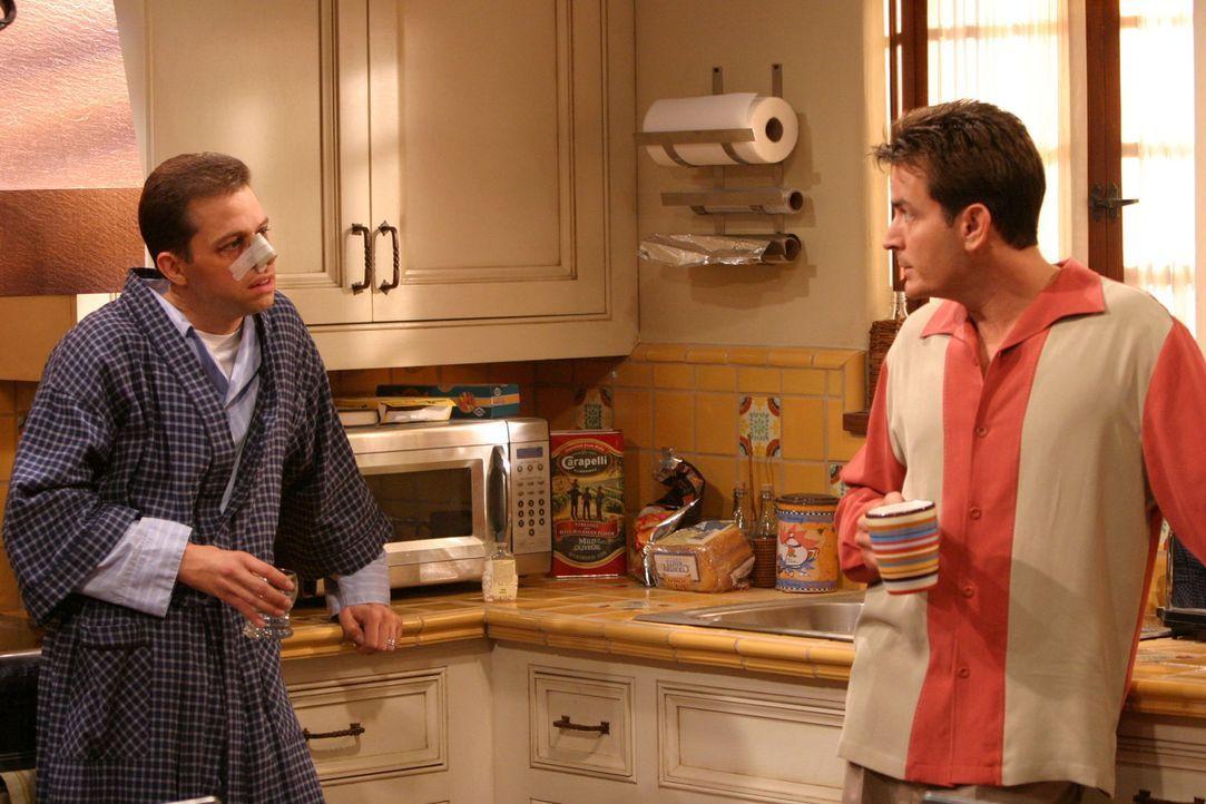 Alan (Jon Cryer, l.), der Charlie (Charlie Sheen, r.) eindringlich vor den Fußballermüttern gewarnt hat, merkt nicht, dass diese ihn selbst schon la... - Bildquelle: Warner Brothers Entertainment Inc.