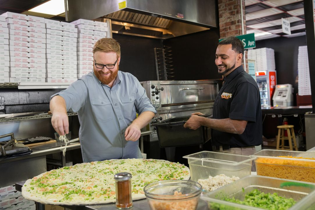 "In Baltimore bereitet Josh Denny (l.) mit Sonny Rawal (r.) im ""Champs Pizza"" die größte Pizza Marylands zu ... - Bildquelle: Bill Gray 2016, Television Food Network, G.P. All Rights Reserved."