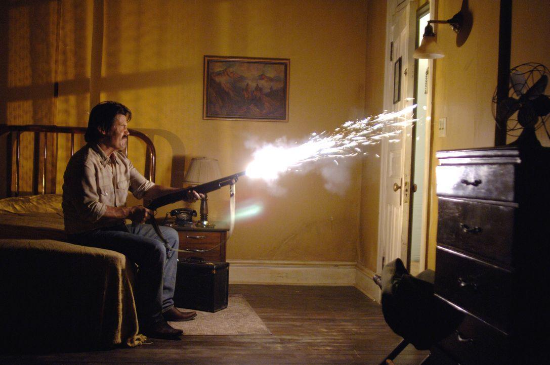 Eines Tages stößt Vietnamveteran Llewelyn Moss (Josh Brolin) im tiefsten Texas auf den Schauplatz eines fehlgeschlagenen Drogengeschäfts: Leichen, D... - Bildquelle: 2008 by PARAMOUNT VANTAGE, a Division of PARAMOUNT PICTURES, and MIRAMAX FILM CORP. All Rights Reserved.