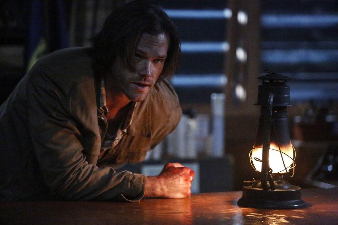 Bei ihrem neusten Fall wird Sam (Jared Padalecki) lebensgefährlich verletzt. In dem Glauben, ihn so retten zu können, wendet sich Dean ausgerechnet... - Bildquelle: 2014 Warner Brothers