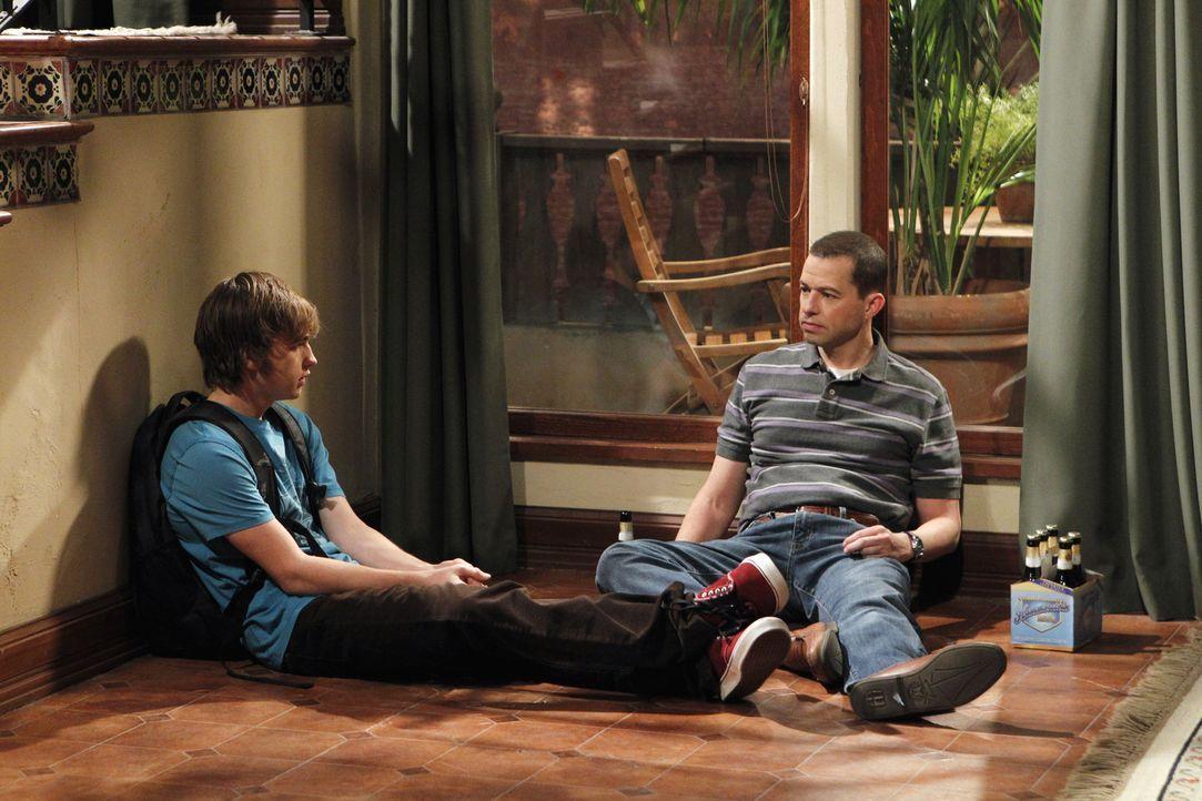 Leiden irgendwie unter dem Verlust von Charlie: Alan (Jon Cryer, r.) und Jake (Angus T. Jones, l.) ... - Bildquelle: Warner Brothers Entertainment Inc.