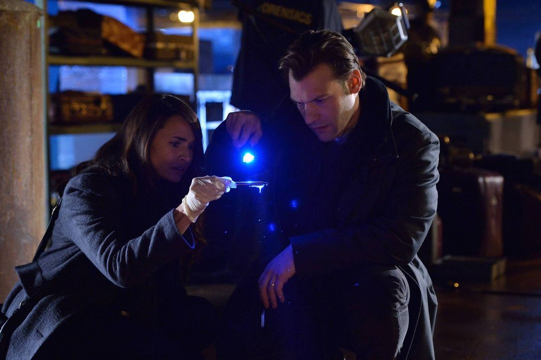 Verzweifelt suchen Nora (Mia Maestro, l.) und Eph (Corey Stoll, r.) nach Beweisen dafür, dass doch ein Virus Schuld an den Toten ist, denn die Behör... - Bildquelle: 2014 Fox and its related entities. All rights reserved.