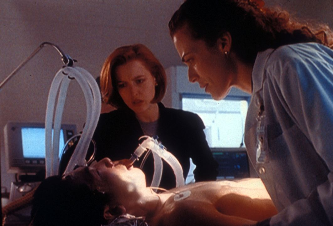 Scully (Gillian Anderson, l.) und die Wissenschaftlerin Lisa Ianelli (Susan Lee Hoffman, r.) versuchen, den zu einem Eisblock erstarrten Dr. Yonechi... - Bildquelle: TM +   2000 Twentieth Century Fox Film Corporation. All Rights Reserved.