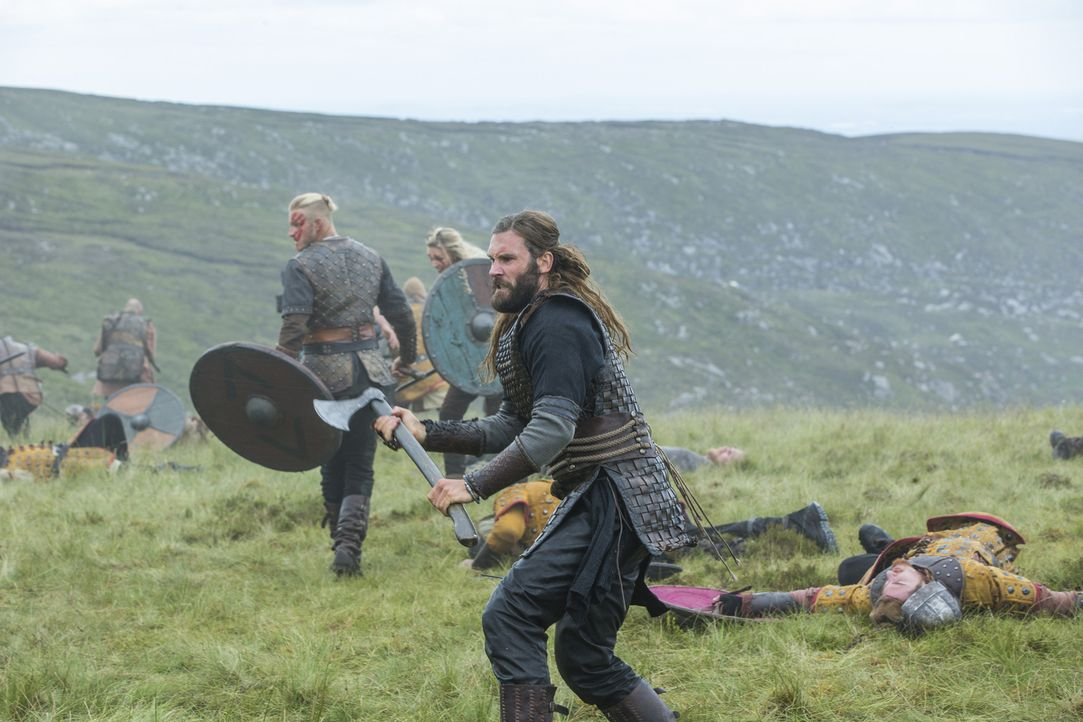 Mutig treten sie gegen Kwenthriths Bruder Burgred in die Schlacht: Rollo (Clive Standen, r.) und Bjorn (Alexander Ludwig, l.) ... - Bildquelle: 2015 TM PRODUCTIONS LIMITED / T5 VIKINGS III PRODUCTIONS INC. ALL RIGHTS RESERVED.
