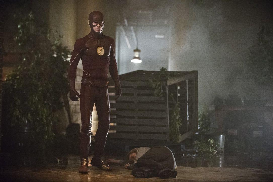 Patty (Shantel VanSanten, r.) vertraut auf Barry alias The Flash (Grant Gustin, l.), doch kann er die hübsche Polizistin auch wirklich retten? - Bildquelle: 2015 Warner Brothers.