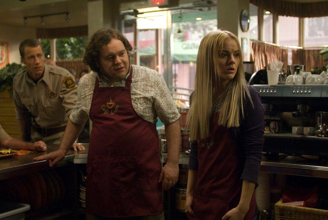 Zoe (Jordan Hinson, r.) beginnt ihren neuen Job in Vincents (Chris Gauthier, M.) Café Diem, worüber Carter (Colin Ferguson, l.) nicht sonderlich glü... - Bildquelle: Universal Television