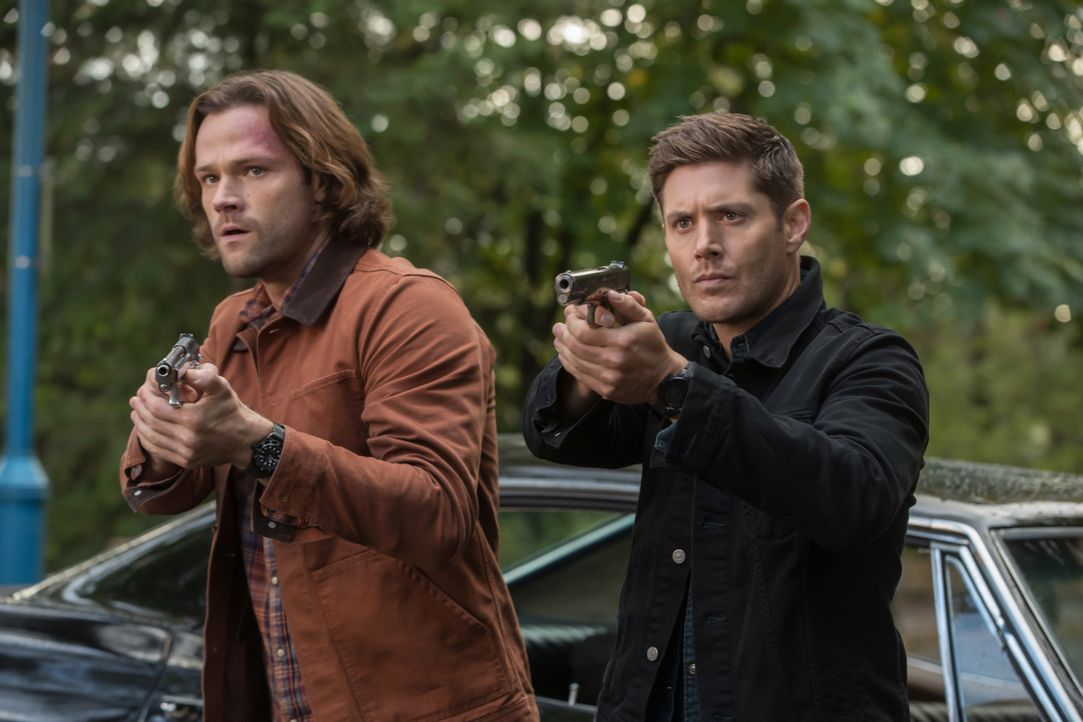 Sam (Jared Padalecki, l.); Dean (Jensen Ackles, r.) - Bildquelle: Jack Rowand 2017 The CW Network, LLC. All Rights Reserved / Jack Rowand