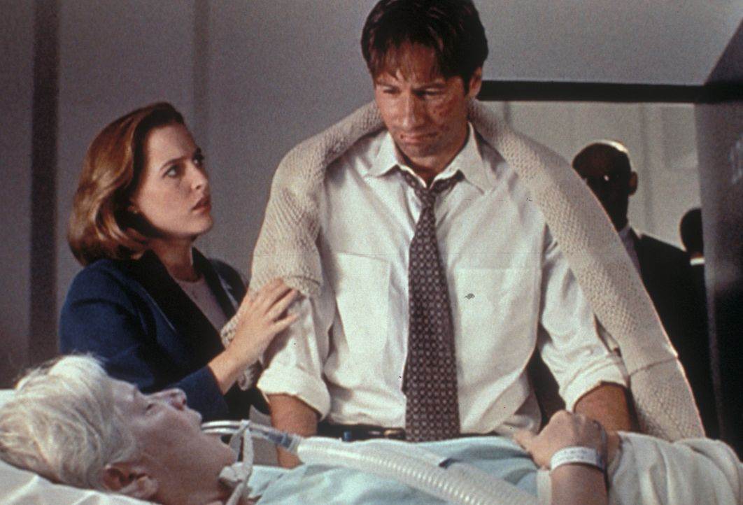 Mrs. Mulder (Rebecca Toolan, vorne) wurde mit einem Schlaganfall in ein Krankenhaus eingeliefert. Scully (Gillian Anderson, l.) steht Mulder (David... - Bildquelle: TM +   Twentieth Century Fox Film Corporation. All Rights Reserved.