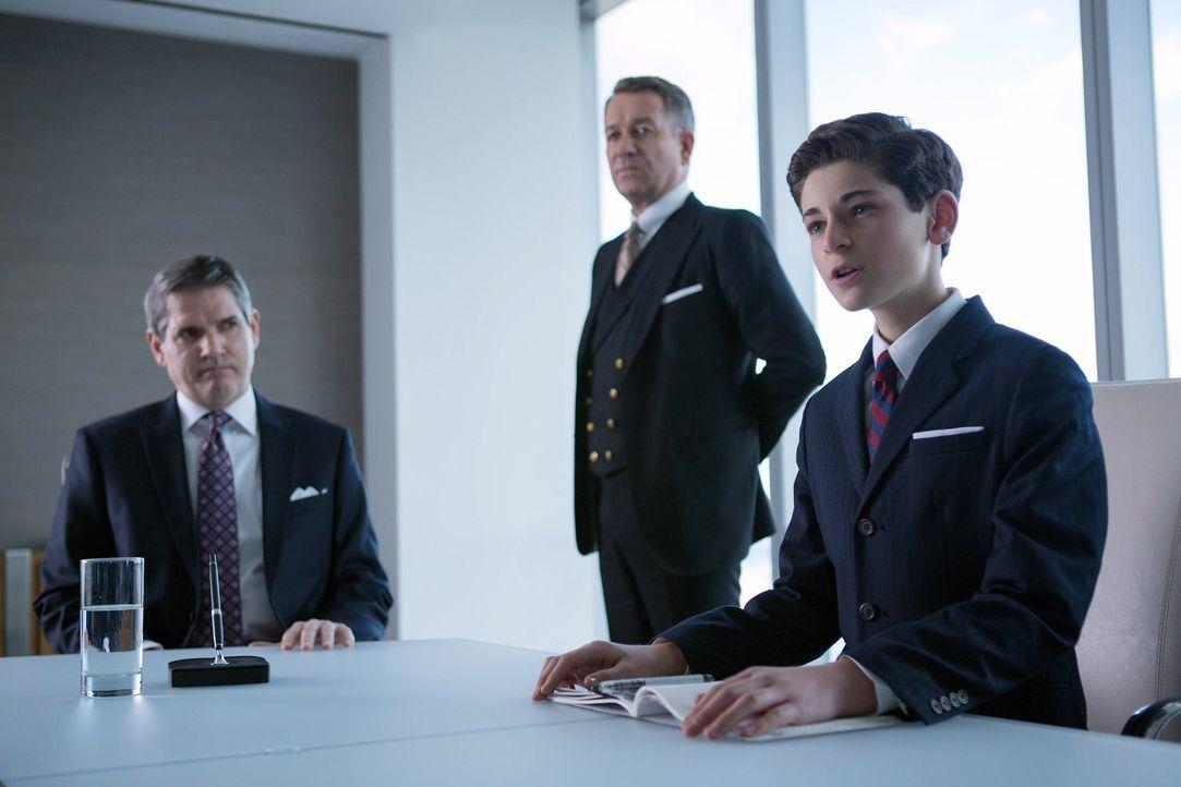 Bruce (David Mazouz, r.) beruft eine Vorstandsitzung bei Wayne Enterprises ein. Alfred Pennyworth (Sean Pertwee, M.) steht ihm dabei zur Seite ... - Bildquelle: Warner Bros. Entertainment, Inc.