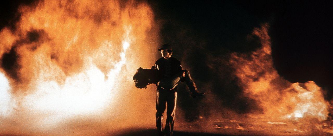 Tödliche Flammen umgeben Starman (Jeff Bridges) und Jenny (Karen Allen), doch dank seiner außerirdischen Kräfte kann das Liebespaar der Flammenhölle... - Bildquelle: Columbia Pictures