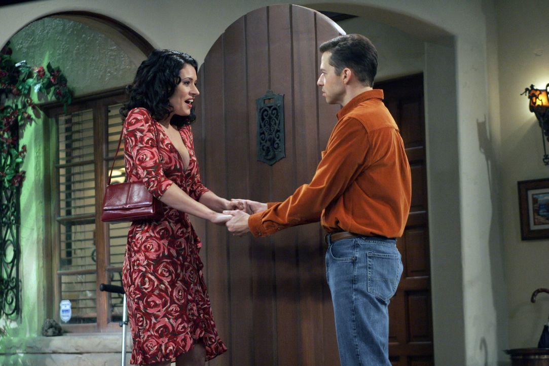 Alan (Jon Cryer, r.) bekommt Besuch von Jamie (Paget Brewster, l.), einer alten Schulfreundin, doch zu Alans Überraschung stellt Jamie im Gegensatz... - Bildquelle: Warner Bros. Television