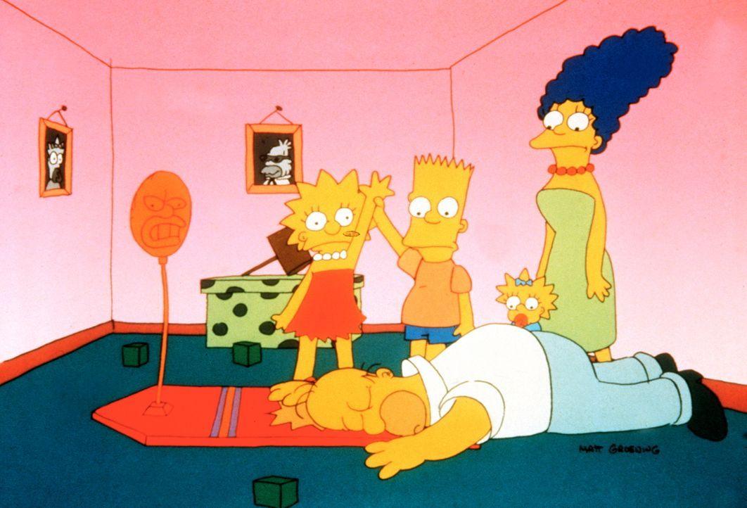 (1. Staffel) - Lisa (l.) und Bart (2.v.l.) sind ihrem Vater Homer (vorne) wieder mal haushoch überlegen. Da kann sich Mutter Marge (r.) nur wundern. - Bildquelle: und TM Twentieth Century Fox Film Corporation - Alle Rechte vorbehalten