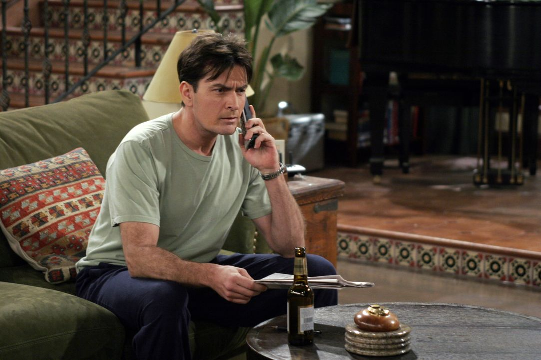 Nach alldem was passiert ist, versinkt Charlie (Charlie Sheen) in tiefen Depression ... - Bildquelle: Warner Brothers Entertainment Inc.