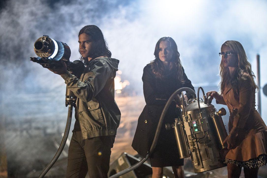 Versuchen, Captain Cold zu stoppen, um Barry zu retten. Doch wird es Felicity (Emily Bett Rickards, r.),  Cisco (Carlos Valdes, l.) und Caitlin (Dan... - Bildquelle: Warner Brothers.