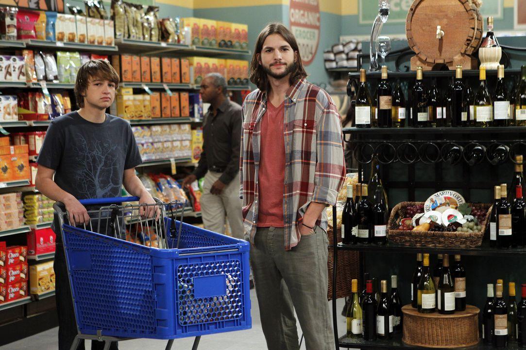 Beim Einkaufen erspähen Jake (Angus T. Jones, l.) und Walden (Ashton Kutcher, r.) eine Schönheit. Doch kann Walden bei ihr landen? - Bildquelle: Warner Brothers Entertainment Inc.