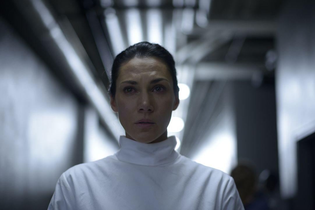 Wird Julia (Kyra Zagorsky) irgendjemandem von Peters Angriff erzählen? - Bildquelle: 2014 Sony Pictures Television Inc. All Rights Reserved.
