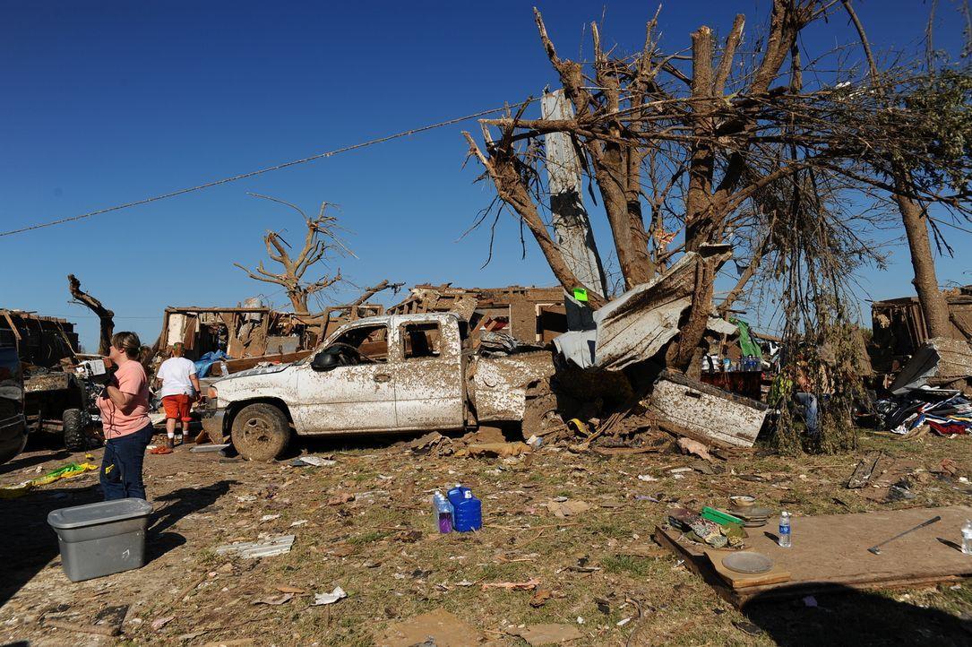 Eigentlich beschäftigen sich Greg, Ricky und Chris immer mit dem Sturm an sich, doch auch die Folgen eines Tornados fesseln ihre Aufmerksamkeit ...
