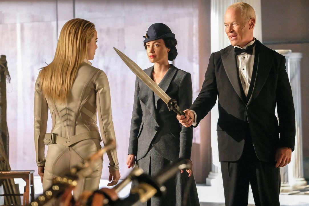 Erkennt Sara alias White Canary (Caity Lotz, l.) zu spät, dass auch Nora (Courtney Ford, M.) und Damien Darkh (Neal McDonough, r.) auf der Jagd nach... - Bildquelle: 2017 Warner Bros.