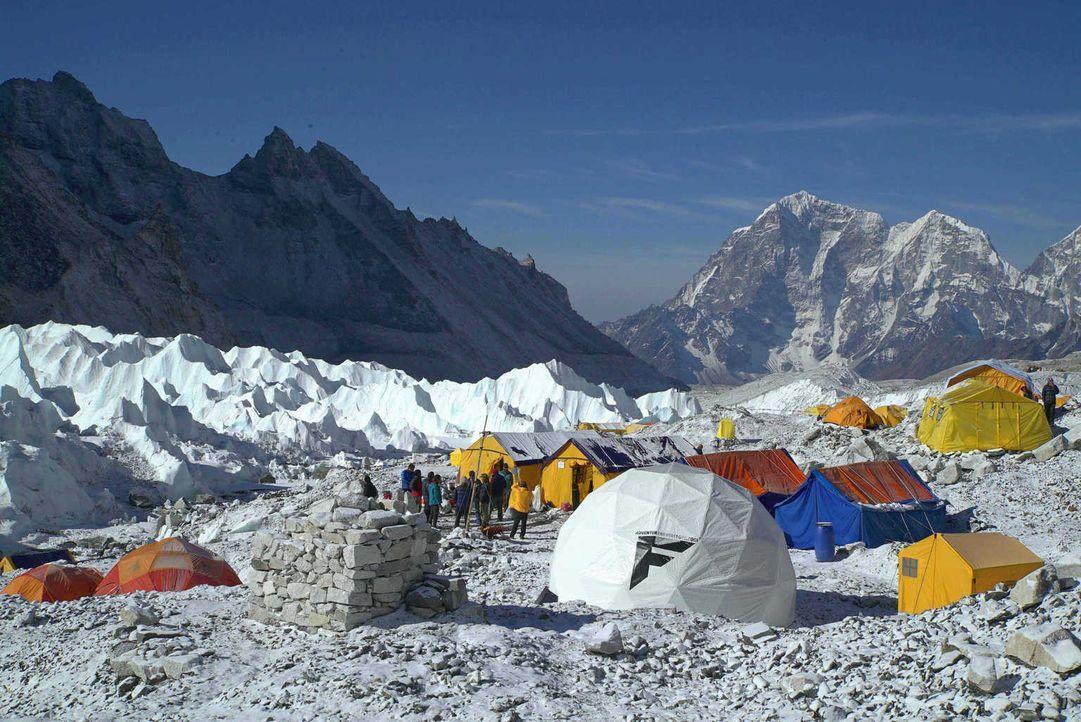 """Die Doku """"Everest: Mission Weltrekord"""" zeigt den langen und strapaziösen Weg des Expeditionsteams um Extremsportler Lukas Furtenbach. Von den Vorber... - Bildquelle: ProSieben MAXX"""