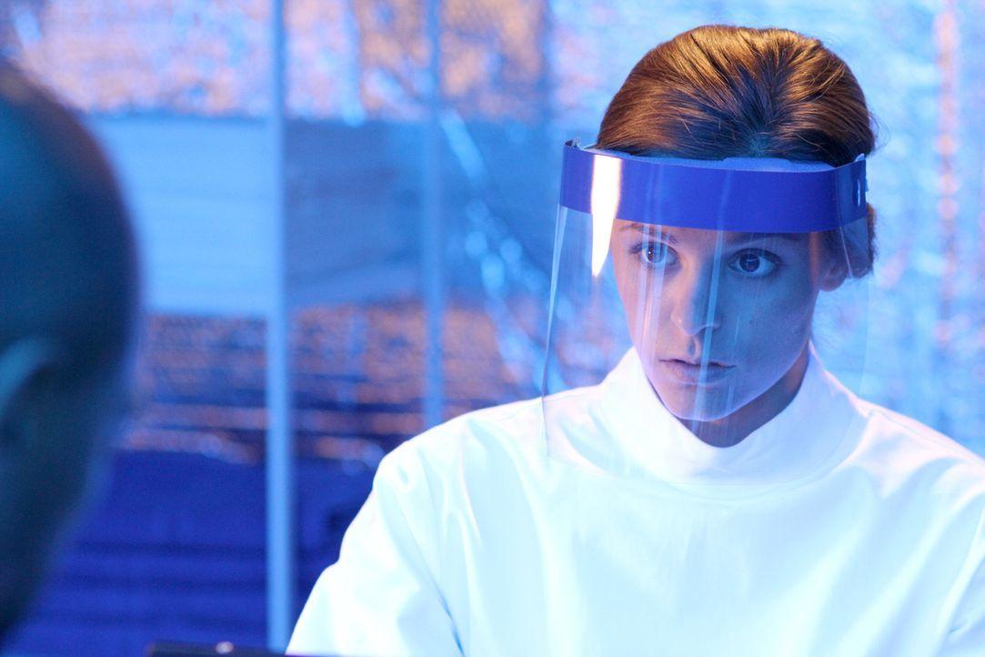 Können die Wissenschaftler in der Quarantäne Sarah (Jordan Hayes) überwältigen und möglicherweise den Virus weiter verbreiten? - Bildquelle: 2014 Sony Pictures Television Inc. All Rights Reserved.
