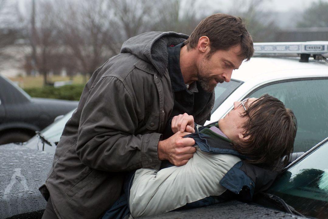 Für Keller Dover (Hugh Jackman, l.) ist unverrückbar der geistig zurückgebliebene Alex Jones (Paul Dano, r.) der Entführer und eventuelle Mörder der... - Bildquelle: TOBIS FILM. ALL RIGHTS RESERVED