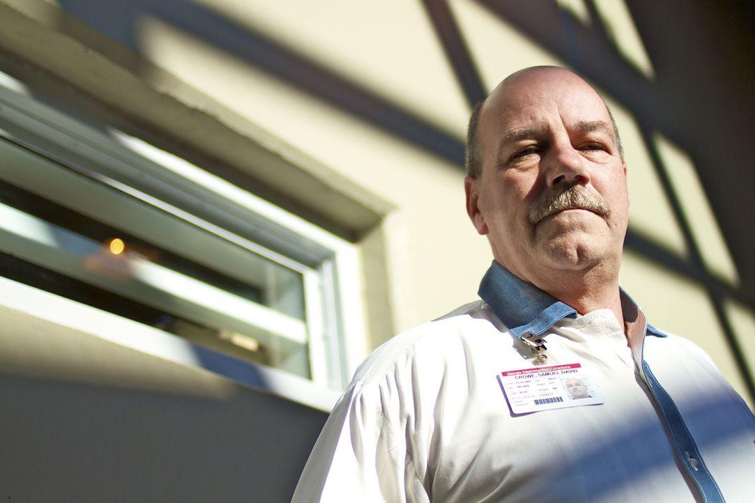 Der Insasse David Crowe fertigt Brillen für Gefangene an. Das Privileg arbeiten zu dürfen, hat er sich durch vorbildliches Verhalten verdient ... - Bildquelle: part2pictures