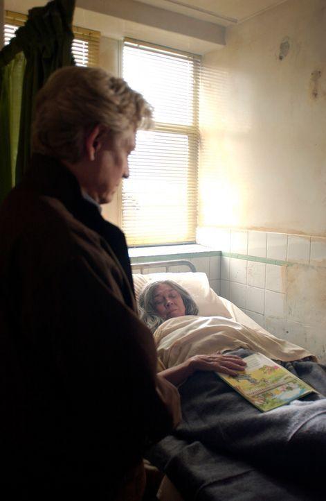 Endlich gelingt es Stan (Bruce Davison, l.), Heather (Clare Marshall, r.) auf der Navy Basis aufzutreiben. Diese wird jedoch auf der Krankenstation... - Bildquelle: The Sci-Fi Channel