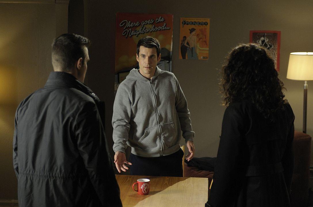 Pete (Eddie McClintock, l.) und Myka (Joanne Kelly, r.) glauben, dass Sheldon (Sean Maher, M.) etwas über den maskierten Rächer weiß, der in Detroit... - Bildquelle: Philippe Bosse SCI FI Channel