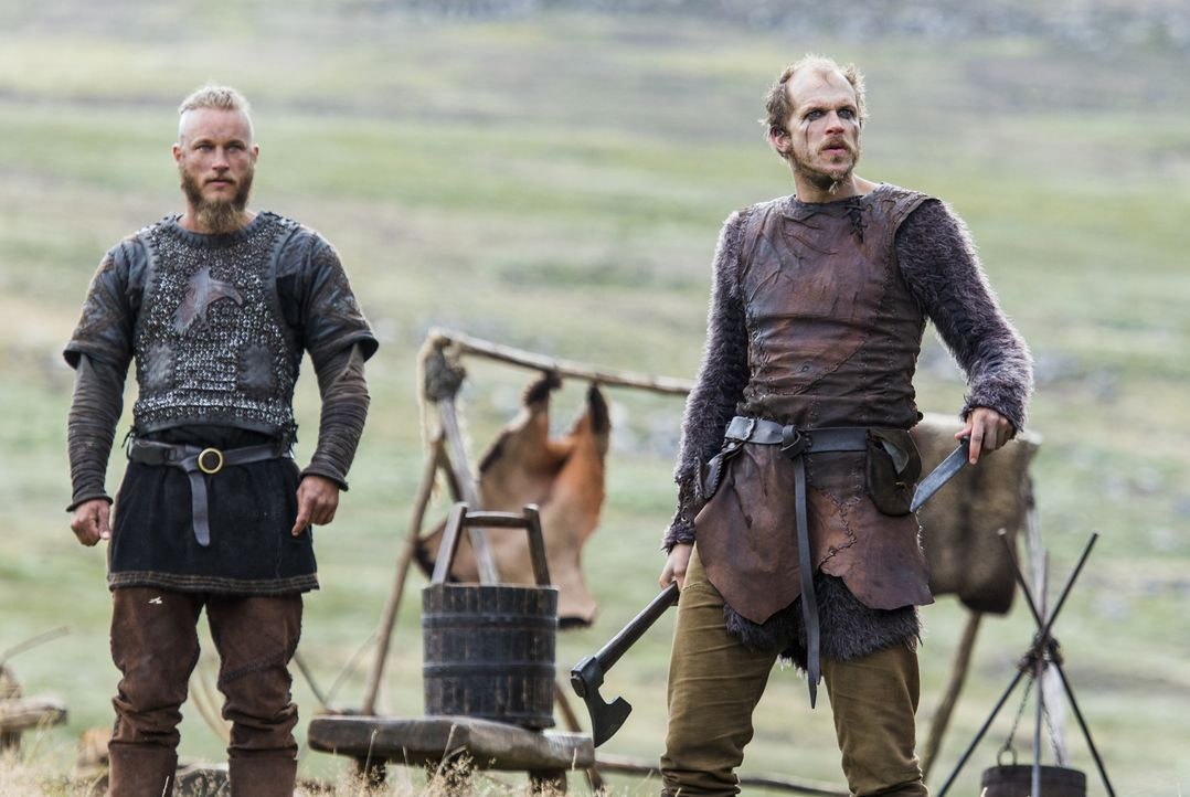 Ragnar (Travis Fimmel, l.) und Floki (Gustaf Skarsgard, r.) erreicht schlechte Kunde aus ihrer Heimat ... - Bildquelle: 2014 TM TELEVISION PRODUCTIONS LIMITED/T5 VIKINGS PRODUCTIONS INC. ALL RIGHTS RESERVED.