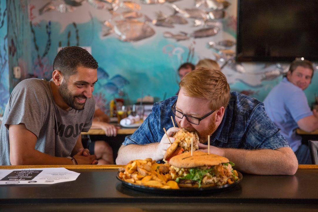 """In """"Jimmy's Famous Seafood"""" versucht sich Josh (r.) am drei Kilo schweren Seafood-Ufo. Koch Tony Minadakis (l.) ist gespannt auf sein Urteil ... - Bildquelle: Bill Gray 2016, Television Food Network, G.P. All Rights Reserved."""