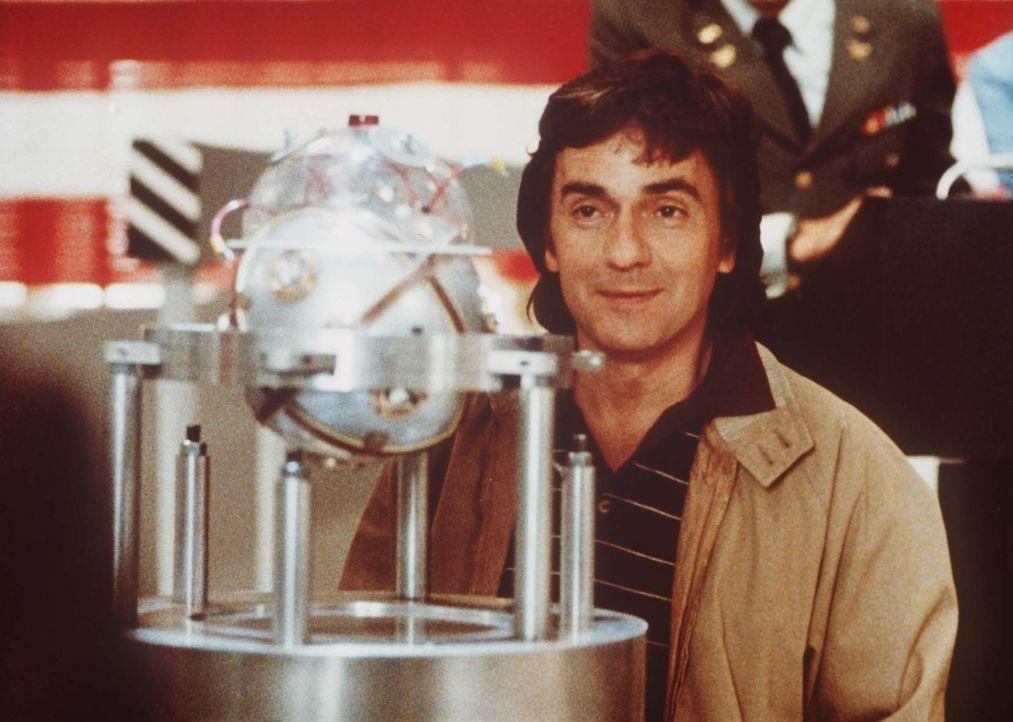 Elektro-Ingenieur Wylie Cooper (Dudley Moore) steht vor einem großen Problem: Er soll ein Raketenabwehrsystem für Panzer erfinden und hat keine Ahnu... - Bildquelle: Paramount Pictures