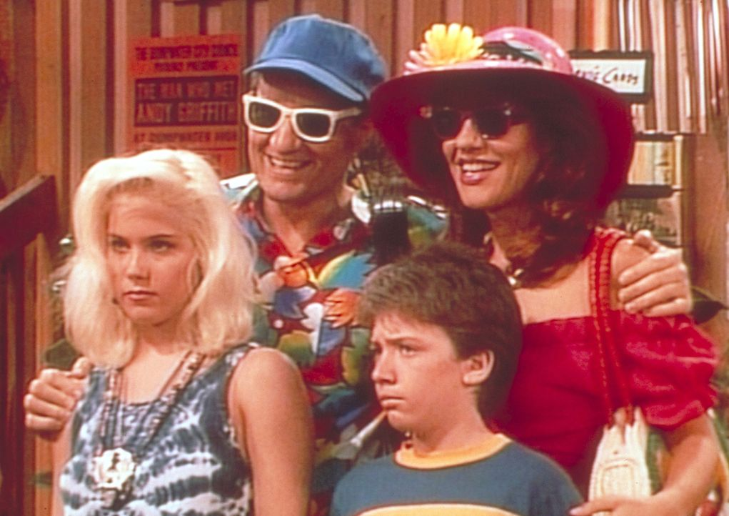 Ferienfoto der Familie Bundy im Provinznest Dumpwater: Kelly (Christina Applegate, l.), Al (Ed O'Neill, 2.v.l.), Bud (David Faustino, 2.v.r.) und Pe... - Bildquelle: Sony Pictures Television International. All Rights Reserved.