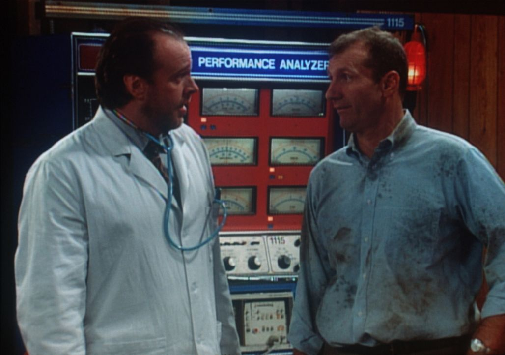Dr. Fisher (Rick Overton, l.) von der Uni Royal ist die letzte Hoffnung für Als (Ed O'Neill, r.) sterbenden Dodge. - Bildquelle: Sony Pictures Television International. All Rights Reserved.