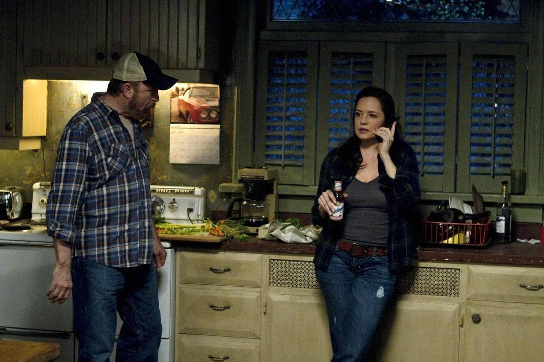 Können Bobby (Jim Beaver, l.) und Ellen (Samantha Ferris, r.) mit dem angeblich unausweichlichen Schicksal umgehen? - Bildquelle: Warner Bros. Television