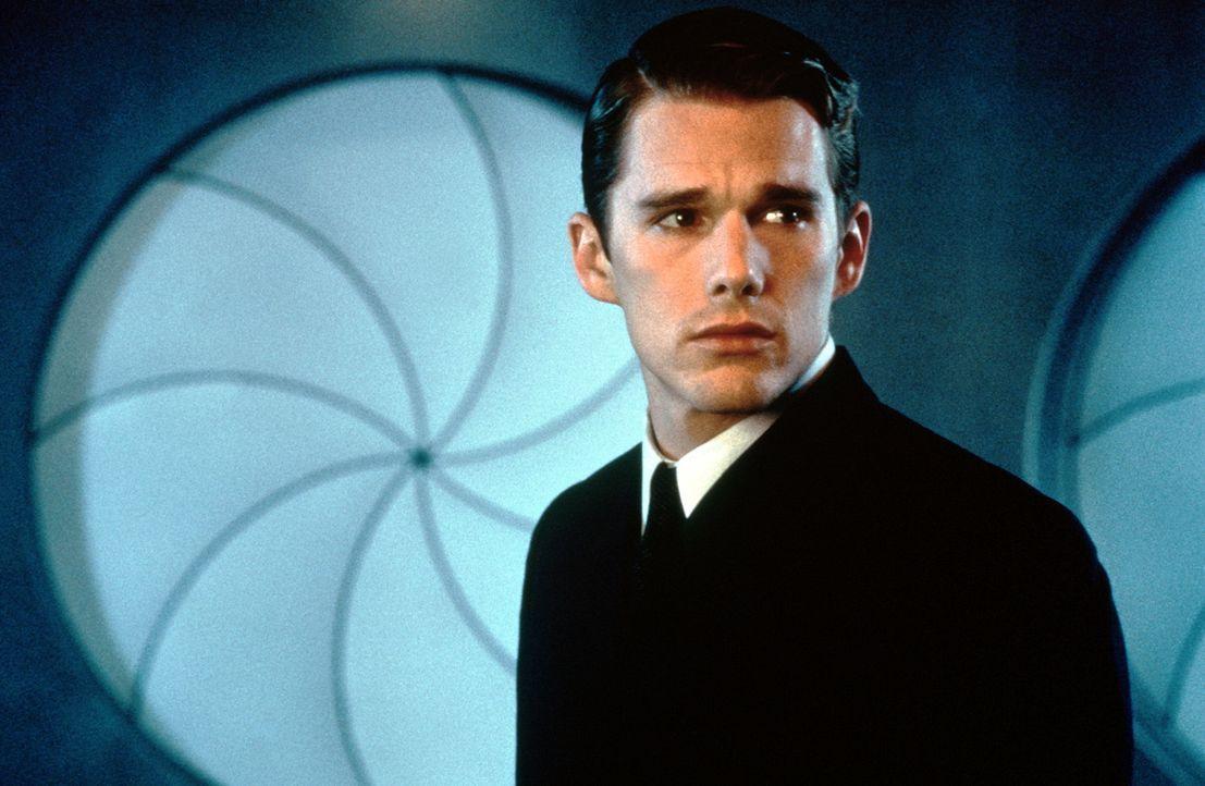 Natürlich gezeugt und geboren, doch der In-Valid Vincent Freeman (Ethan Hawke) will seinen Traum verwirklichen. Er nimmt die Identität eines Retorte... - Bildquelle: Columbia Pictures