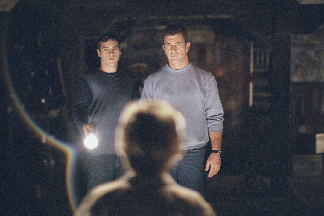 Während Graham (Mel Gibson, r.)  und Merrill (Joaquin Phoenix, l.) noch an einen Streich der durchgeknallten Nachbarn denken, mehren sich weltweit d... - Bildquelle: Touchstone Pictures