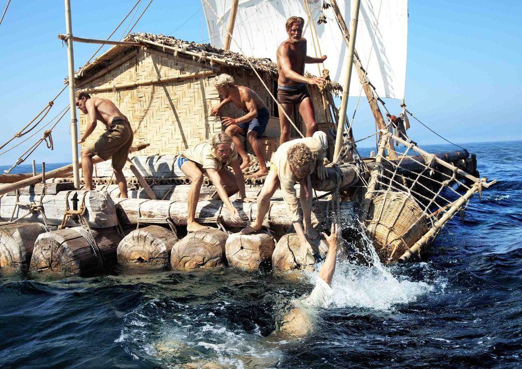 Nachdem er mit der Harpune getroffen wurde, versucht der Wal, das Boot wegzuziehen - dabei geht Hermann (Anders Baasmo Christiansen, unten) über Bor... - Bildquelle: DCM Film Distribution GmbH