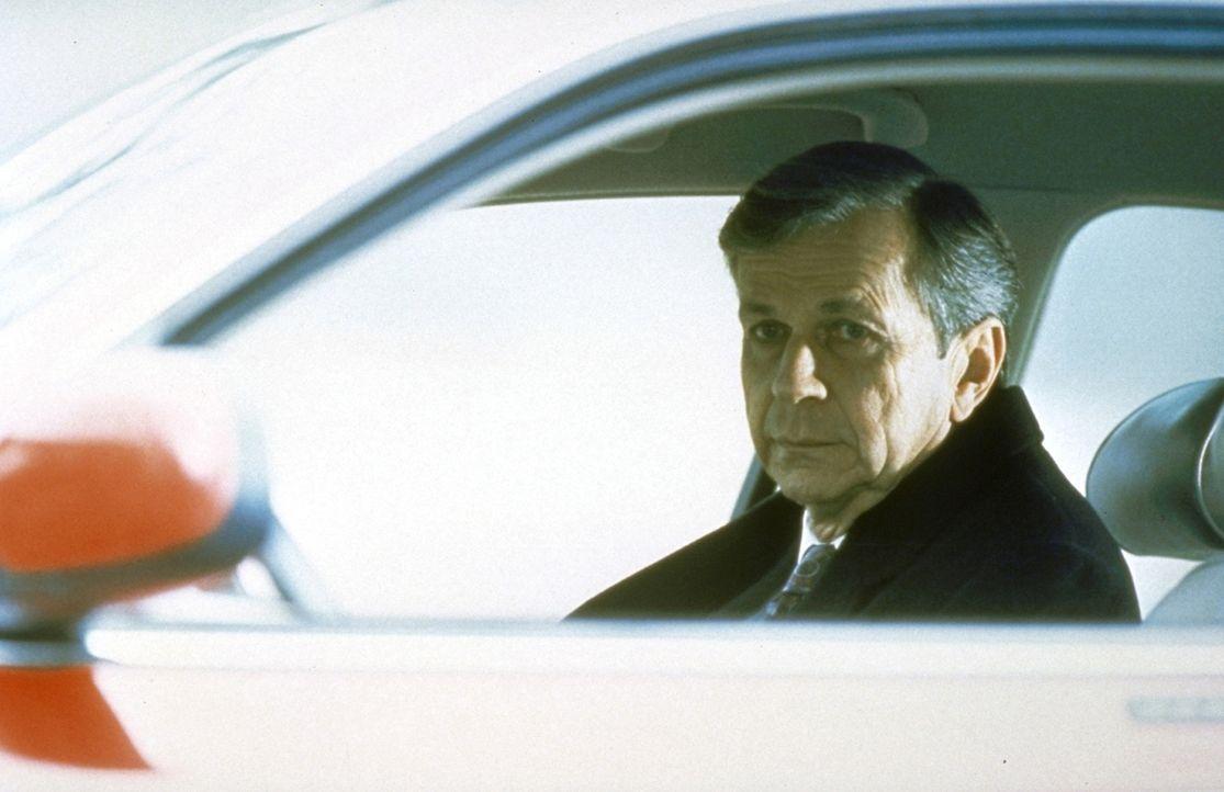 Mit einem Trick gelingt es dem angeblich sterbenskranken Raucher (William B. Davis), Scullys Vertrauen zu gewinnen. - Bildquelle: TM +   2000 Twentieth Century Fox Film Corporation. All Rights Reserved.