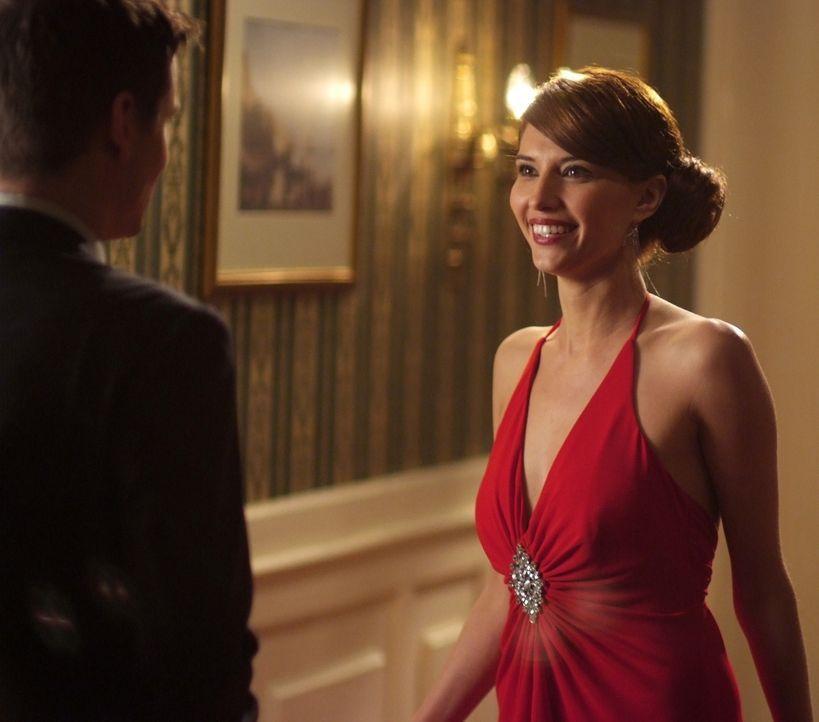 Als Max (Shane West, l.) der wunderschönen Kamila (Tamara Feldman, r.) begegnet, verliert er sofort sein Herz an sie. Aber kann er ihr auch trauen? - Bildquelle: MOBICOM HOLDINGS, S.A.