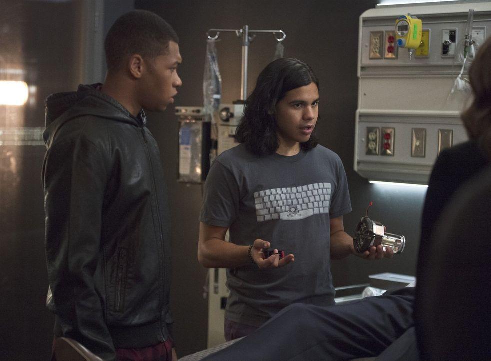 Cisco (Carlos Valdes, r.) weiß, dass Jefferson 'Jax' Jackson (Franz Drameh, l.) die letzte Rettung für Dr. Stein ist, aber wird der ehemalige Quarte... - Bildquelle: 2015 Warner Brothers.