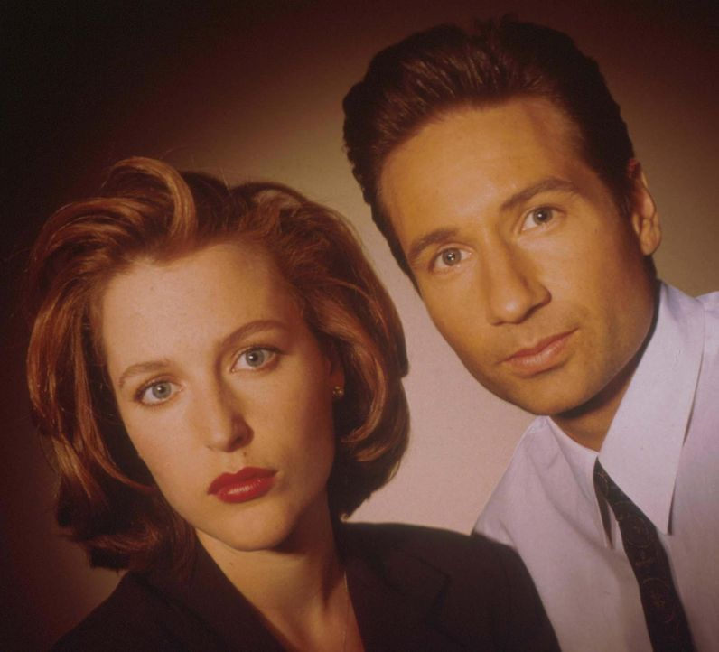 (3. Staffel) - Die FBI-Agenten Fox Mulder (David Duchovny, r.) und Dana Scully (Gillian Anderson, l.) erforschen ungewöhnliche Phänomene. - Bildquelle: TM +   2000 Twentieth Century Fox Film Corporation. All Rights Reserved.