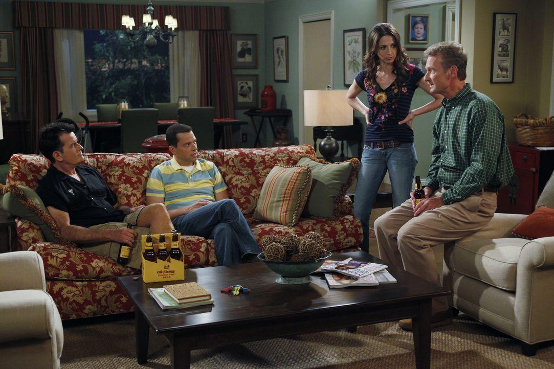 Alan (Jon Cryer, 2.v.l.) hat eine Affäre mit Lyndsey. Als Jake herausfindet, dass sein Vater die Mutter seines besten Freundes datet, packt er die K... - Bildquelle: Warner Bros. Television