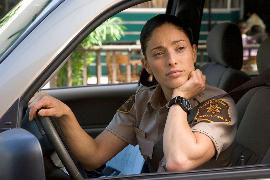 Jo (Erica Cerra) zerbricht sich den Kopf über das Unsichtbarwerden von Autos und Menschen in Eureka ... - Bildquelle: Universal Television
