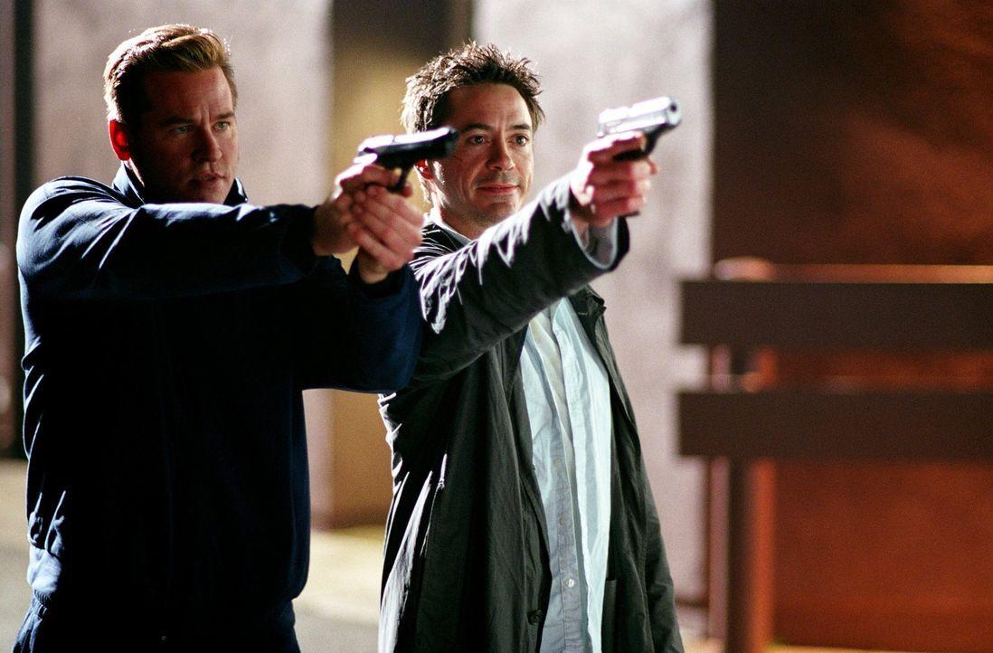 Nehmen ihre Gegner ins Visier: Dumm nur für Harry (Robert Downey Jr., r.) und Perry (Val Kilmer, l.), dass diese keinen Spaß verstehen ... - Bildquelle: 2015   Warner Brothers