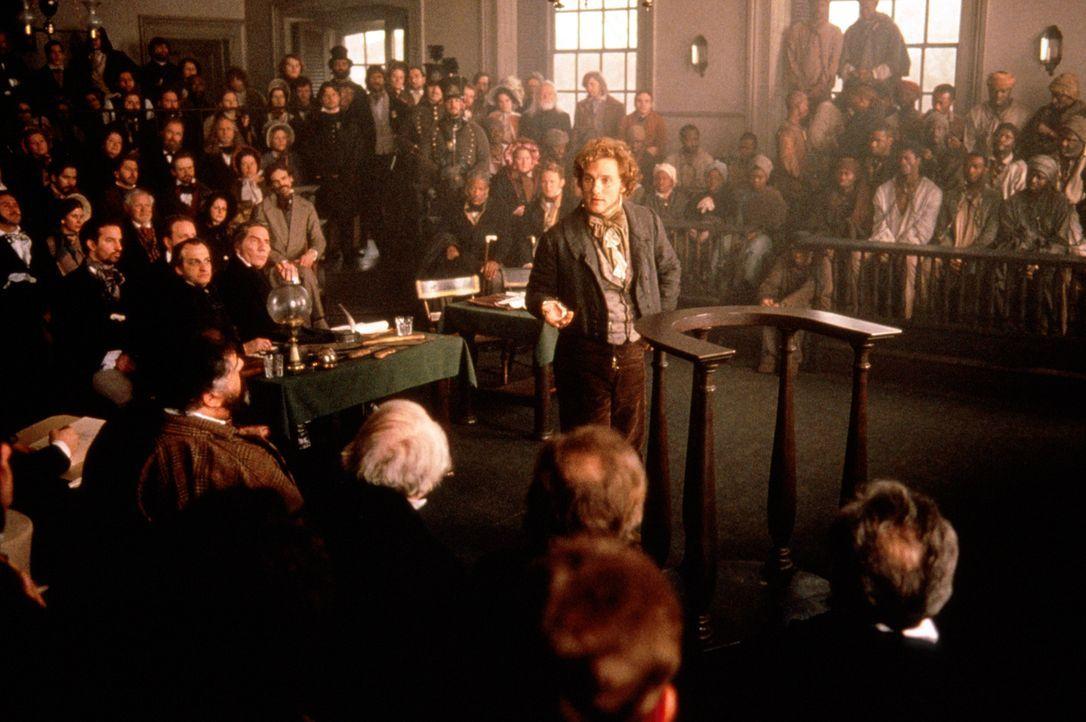 Der Anwalt Roger Baldwin (Matthew McConaughey, M.) verteidigt die des Mordes angeklagten Afrikaner vor Gericht... - Bildquelle: DreamWorks Distribution LLC