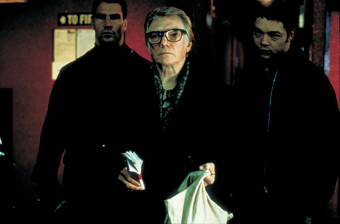 Schweinezüchter Brick Top (Alan Ford, M.) ist in allerlei Schweinereien verwickelt … - Bildquelle: 2003 Sony Pictures Television International. All Rights Reserved.